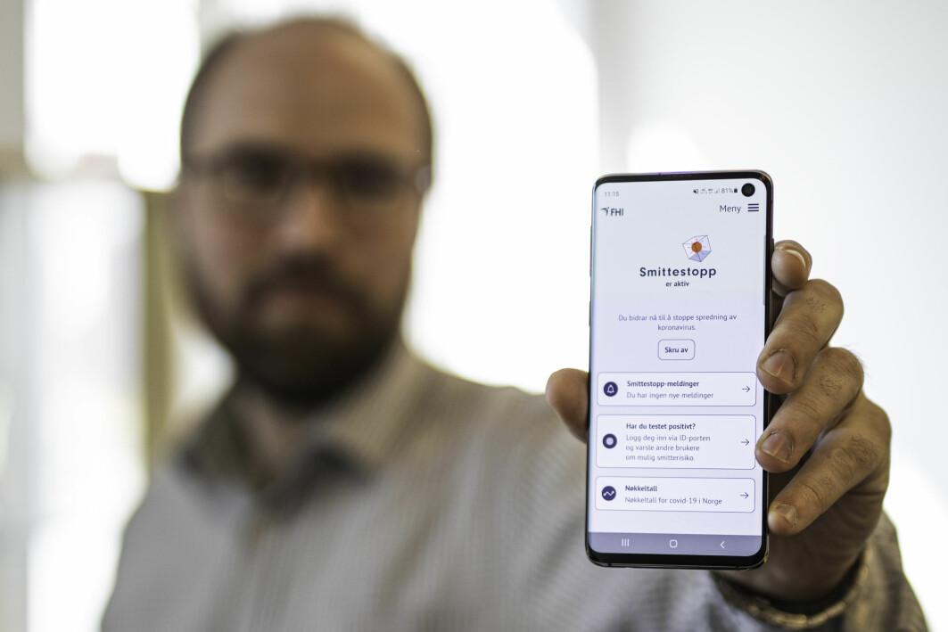 FHIs smittestopp-app skal varsle om mulig koronasmitte. Nå vil ikke mobilen din gi fra seg noen personlig informasjon om deg. I den nye app-versjonen har Martin Strand og to kolleger laget en trygg omvei.