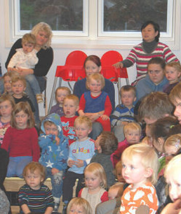 Den kinesiske forskeren He Min (oppe til høyre) observerer en dramaforestilling i en barnehage. (Foto: Frøy Katrine Myrhol)