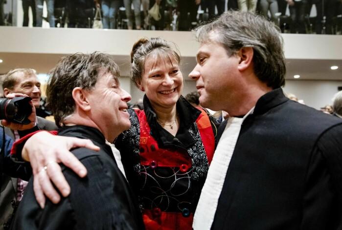Marjan Minnesma (i midten) feirer etter at høyesterett dømte staten til å redusere statens klimautslipp. Hun leder aktivistgruppa Urgenda som gikk til sak mot nederlandse myndigheter.