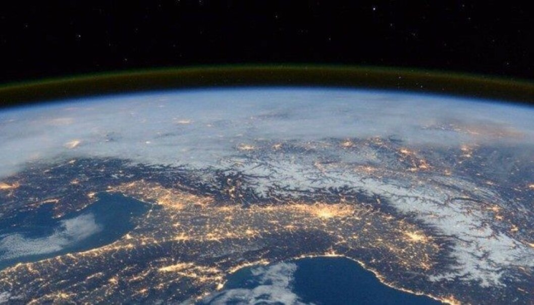 Her kan du se skinn i jordas atmosfære, som en stripe. Bildet er fra den internasjonale romstasjonen.