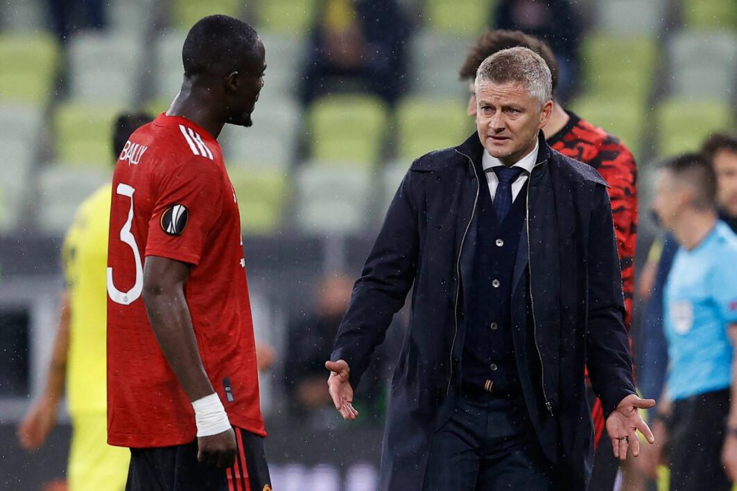 Manchester United-manager Ole Gunnar Solskjær snakker med forsvarer Eric Bailly under europaligafinalen 26. mai 2021. Villarreal slo Manchester United etter en lang straffesparkkonkurranse.