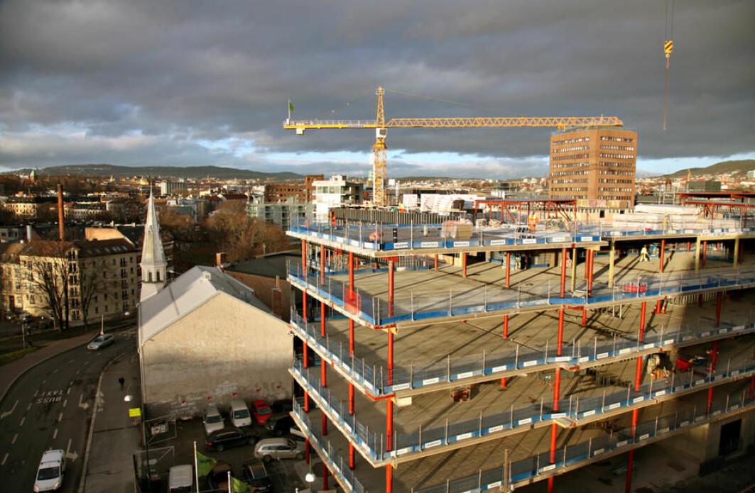 Det er hektisk aktivitet og trangt om plassen i byggebransjen i hovedstaden. Kanskje kan et sentrallager for brukte materialer bidra til mer ombruk?