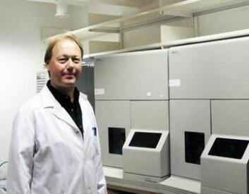 Førsteamanuensis Rune Andreassen foran DNA-analyseutstyret i det nye laboratoriet. (Foto: Stig Nøra)