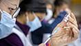 Hva slags bivirkninger får folk egentlig av koronavaksinene? Slik jobber Legemiddelverket med å finne det ut