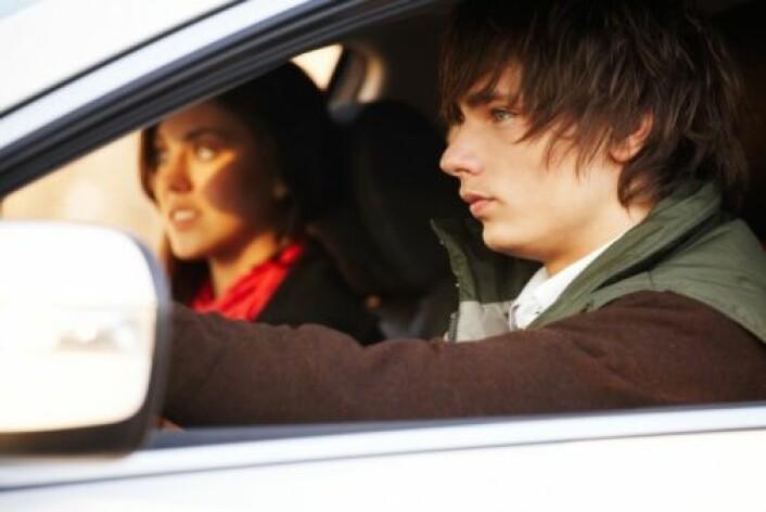 Unge gutter blir mer forsiktig bak rattet når de har ei jente til å passe på. (Foto: Photos.com)