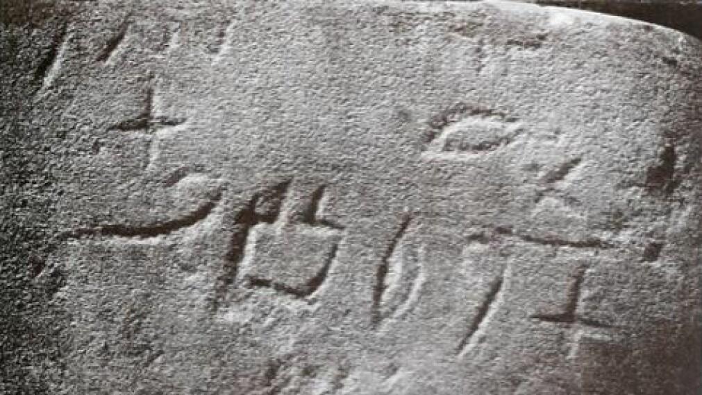 Serabit-skrifttegnene, slik det britiske arkeolog-ekteparet Hilda og William Flinders Petrie fant dem i 1905.