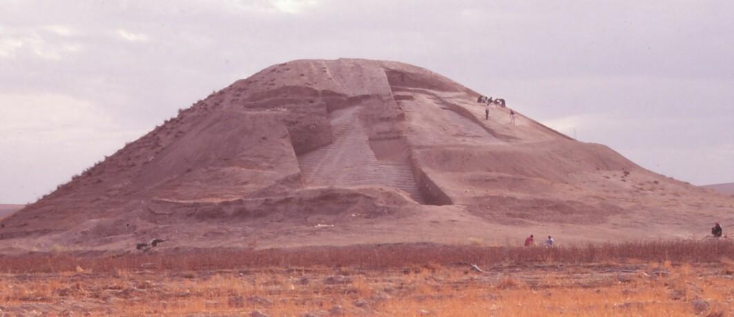 Denne haugen i oldtidens Meopotamia består av flere arkeologiske lag. Et av disse lagene, som du kan se mellom utgravningene, består av trinn som er dekket av gips. Her er det gravlagt levningene etter det som kan være soldater.