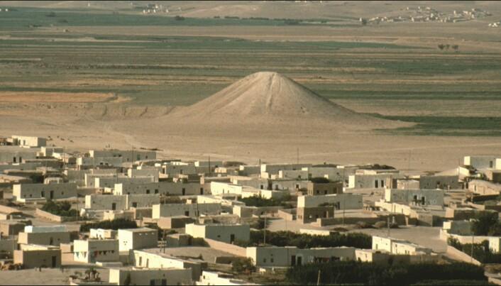 Haugen, slik den framsto før utgravning. Byen i nærheten heter Jebel Bazi.