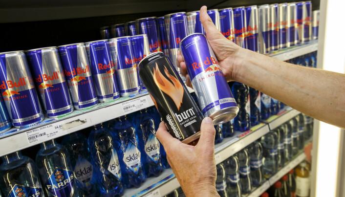På boksen med energidrikk er det ofte ramset opp flere stoffer enn bare koffein. De har ikke vist seg å ha effekt på konsentrasjonen, forteller professor Olav Spigset.