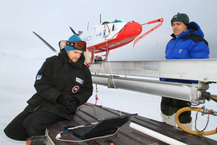 """""""Ingeniør og UAV-pilot Andreas Tøllefsen (til venstre) klargjør flyet for take-off fra Ny-Ålesund. Forskningssjef Kjell-Arild Høgda følger med. (Foto: Ole Magnus Rapp/Aftenposten)"""""""