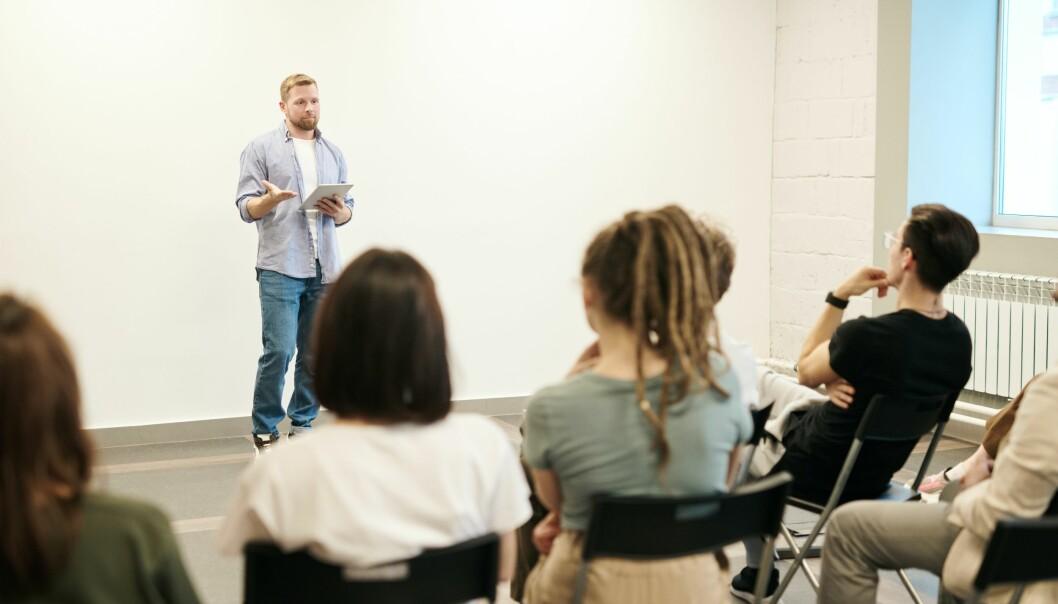 Arbeidskrav blir ofte gjennomført som muntlige presentasjoner, som fremføres foran medstudenter.