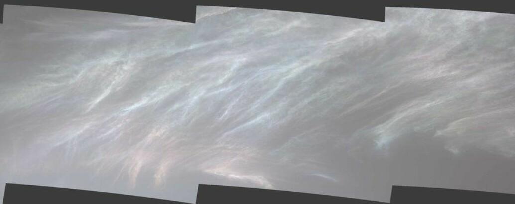Dette er et bilde av perlemors-skyer på Mars. Lyset spres gjennom iskrystaller og farger kommer fram.