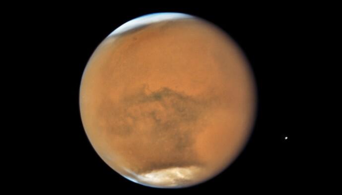 Mars sett av Hubble-teleskopet. Her ser det ut som om Mars er ute av fokus, men egentlig er det en stor sandstorm som dekker mye av planeten.