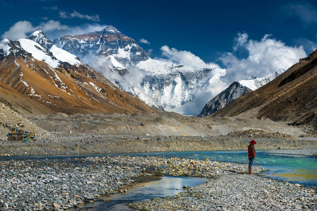 Det tibetanske platået har en gjennomsnitthøyde på omkring 4500–5000 meter over havets overflate og ligger omringet av verdens to høyeste fjelltopper, Mount Everest og K2. Tibet blir derfor kalt «verdens tak».