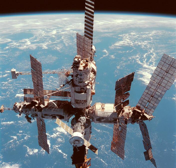 MIR-romstasjonen fotografert fra romferga Discovery, 12. juni 1998. (Foto: NASA)