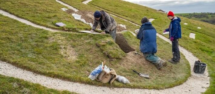 Arkeologer i arbeid med giganten.
