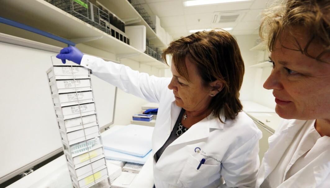 Genbaserte medisiner kan gi flere års ekstra levetid til personer med aggressive kreftformer. Onkolog ved avdeling for kreftbehandling på Radiumhospitalet, Åslaug Helland (t.h.) og enhetsleder seksjon for genetikk Gry Aa. Geitvik på fryserommet hvor nedfrossede prøver fra pasienter med bl.a. brystkreft på Radiumhospitalet i Oslo ligger. Avdelingen er unik da den allerede p 80-tallet begynte sin oppbevaring av prøver.