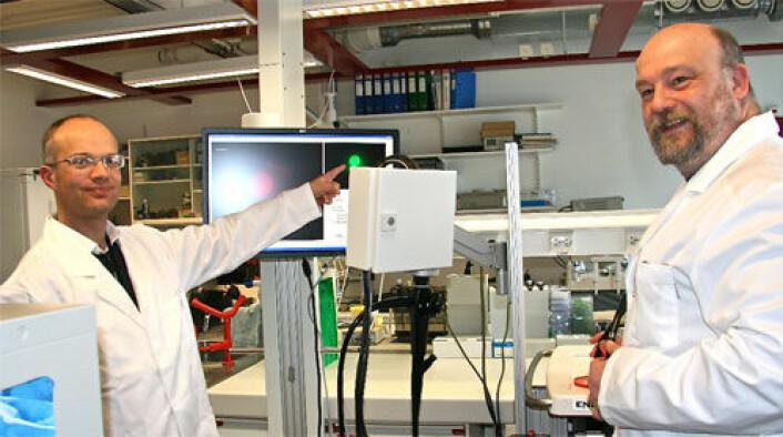 Geir Torheim (t.v.) er prosjektleder hos GE Healtcare i Oslo, Andrew Healey er forsker. Her viser de fram det nye utstyret. (Foto: Siw Ellen Jakobsen)