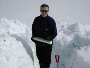 """""""Forsker Eirik Malnes graver seg ned for å måle snøegenskaper."""""""