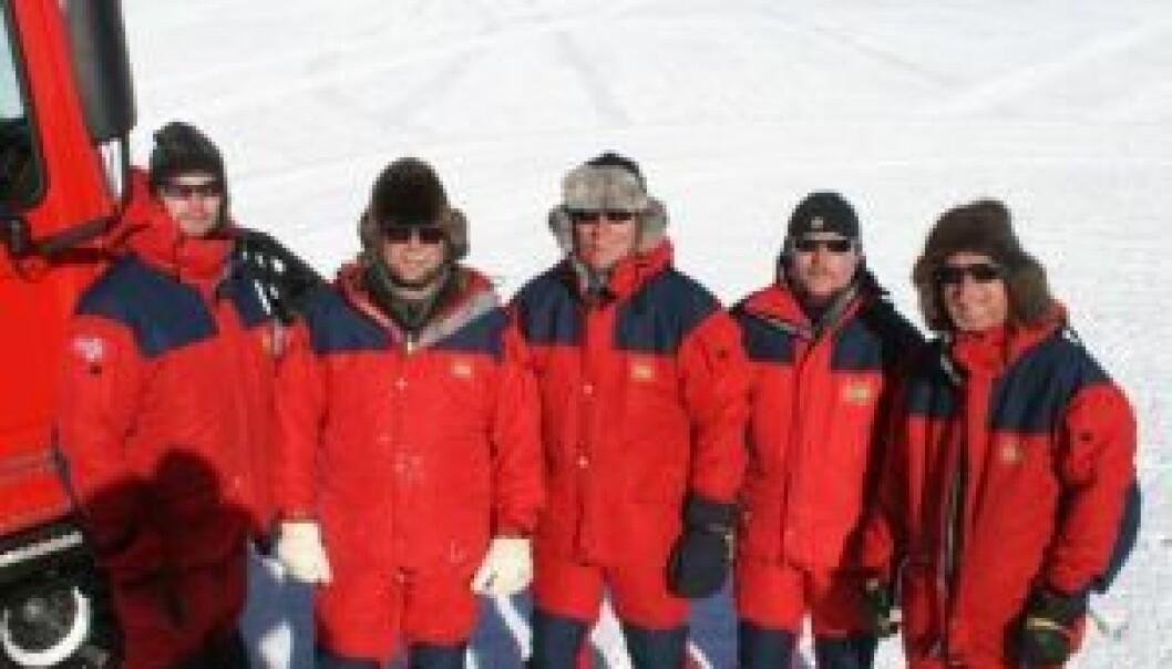 Rune Svendsen (f.v.), John Guldahl, Kjetil Bakkland, Svein Henriksen og Einar Johansen, alle fra Norsk Polarinstitutt, er nå samlet på Sørpolen. (Foto: John Guldahl)