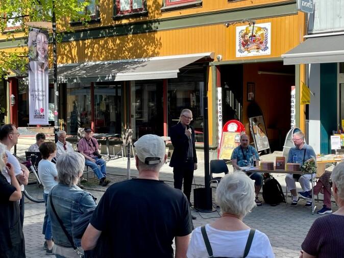Storgata i Lillehammer: Bak et bord, foran masse folk, satt Tom Remi Kongsmo og Hege Christin Nilsson. Sprekkferdige av stolthet og med en hel haug med ting de har lært, lanserte de boka de har skrevet. De har i tre år vært medforskere på et stort forskningsprosjekt.