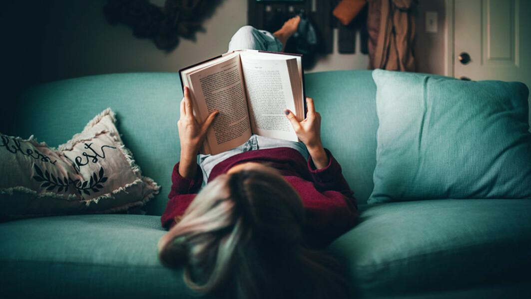 Når teksten du leser fremstår som skjønnlitteratur, er du oppmerksom på andre detaljer enn i sakprosa. Da er det fort gjort at tankene vandrer til episoder i eget liv.