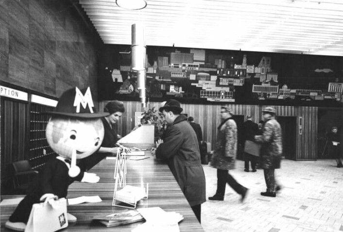 Hotellnæringen har eksistert flere århundrer. Bildet er tatt i resepsjonen på Hotel Berolina i Berlin 18. februar 1965. (Foto: Joachim Spremberg/ Wikimedia Commons. Se lisens)