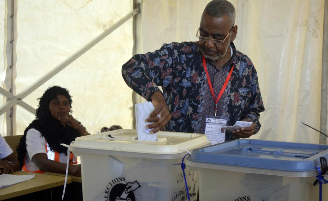 I Kenya og Tanzania henger politiske partier tett sammen med etnisk bakgrunn. Her avgir presidentkandidat Seif Sharif Hamad sin stemme i valget i Tanzania i 2020. (Foto: AP, NTB)