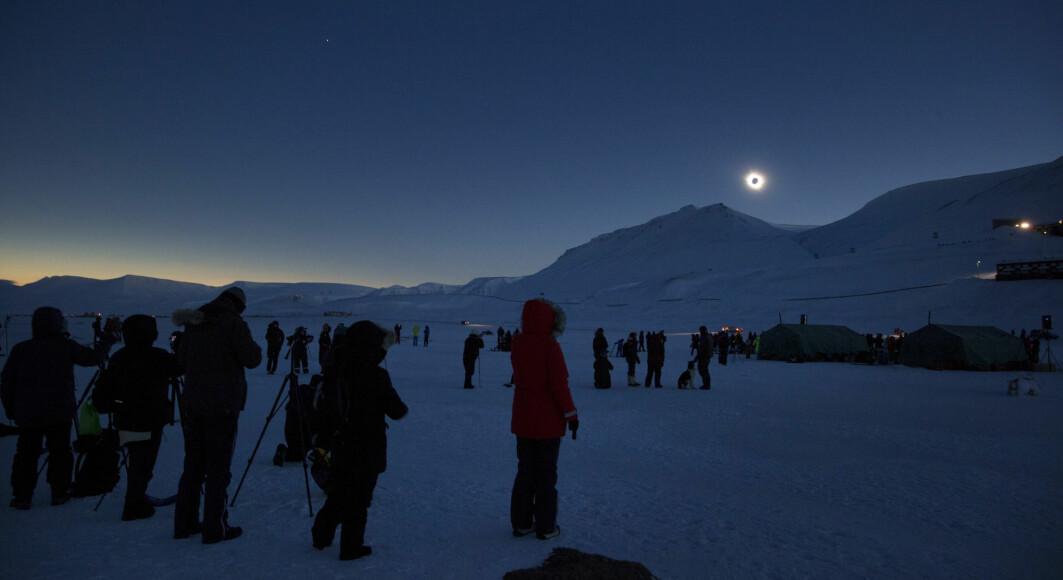 Forrige solformørkelse her til lands skjedde i 2015. Her fra Longyearbyen på Svalbard.