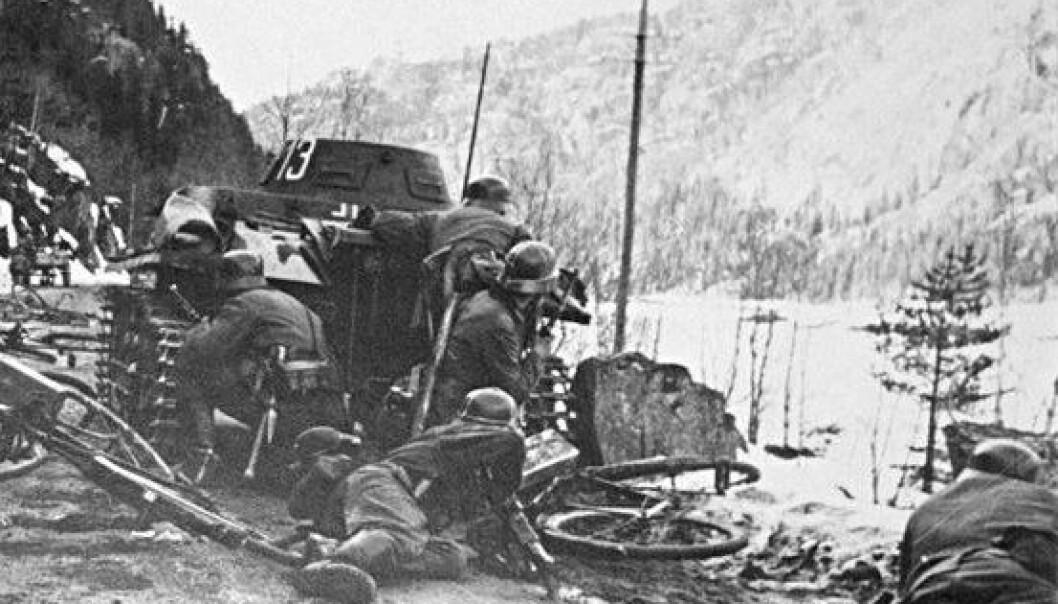 Tyske soldater under angrep 18. april 1940, sør for bygda Bagn i Oppland. (Foto: Wikimedia Commons)