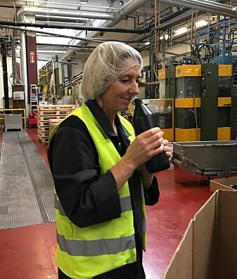 Pia Mollatt hos Berry sjekker lukt og kvalitet på en flaske produsert med resirkulert plast.