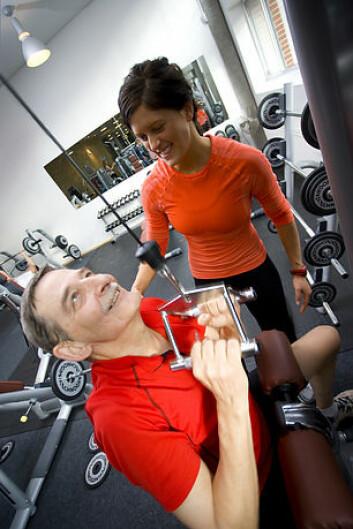 Veiledning er viktig før man gyver løs med vekter/apparater, slik at øvelsene er tilpasset ryggen. Øvelsen på bildet er ikke hentet fra noe spesifikt ryggtreningsprogram. (Illustrasjonsfoto: Colourbox.no)