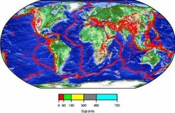 """""""Jordskjelv med styrke fem eller større mellom 1973 og 2003. Plategrensene kan tydelig sees som mer eller mindre kontinuerlige bånd av jordskjelv. (Illustrasjon: NORSAR)"""""""