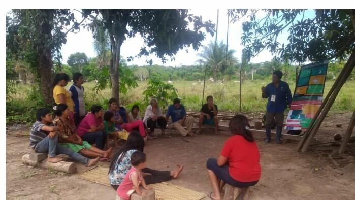 Tsimane holder til i Amazonas-regnskogen. Bildet er fra et informasjonsmøte om Covid-19.
