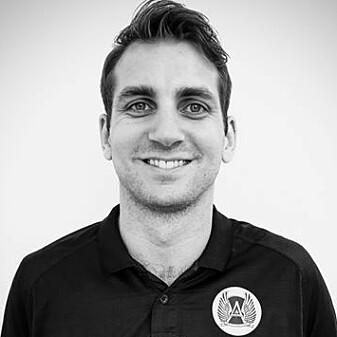 Eirik Halvorsen Wik er stipendiat ved Senter for idrettsskadeforskning og Institutt for idrettsmedisin på NIH, men arbeider til dagleg ved eliteskulen Aspire Academy i Doha, Qatar.