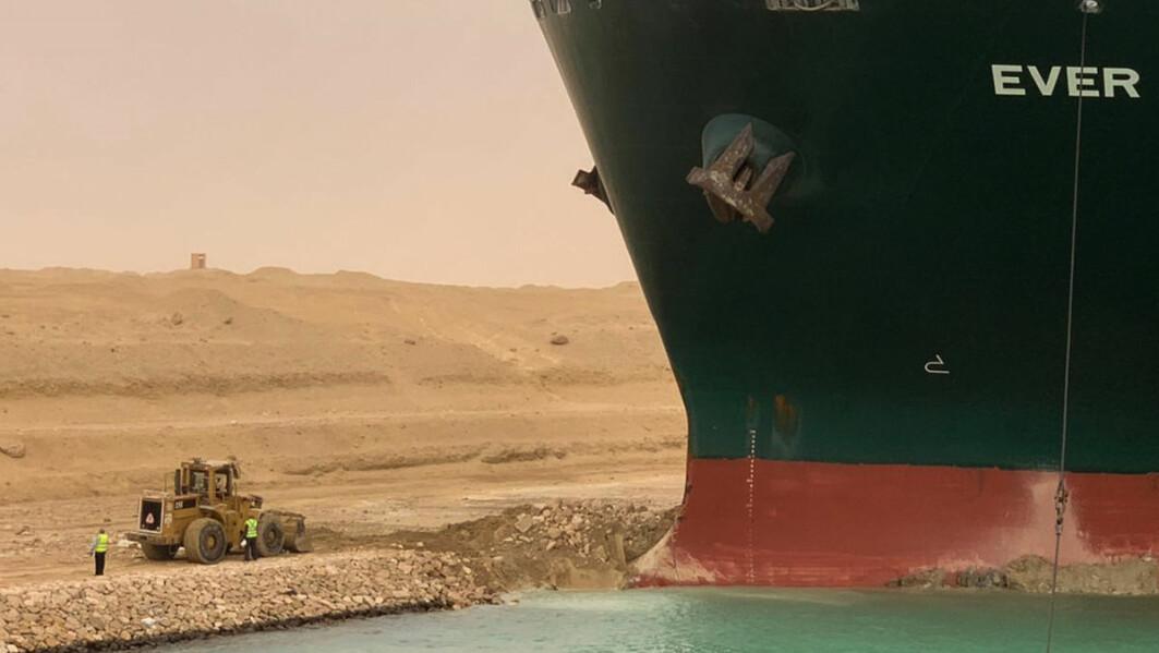 Etter seks dager med gravearbeider ble det enorme containerskipet «Ever Given» dratt løs av taubåter etter å ha stått på tvers i Suezkanalen.