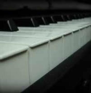 """""""Man undersøkte evnen til absolutt gehør over et register på tre oktaver. På et piano eller en synthesizer får man automatisk riktig tone om man trykker rett sted. På for eksempel strykeinstrumenter eller ved sang, må man finne frem til riktig tone selv."""""""