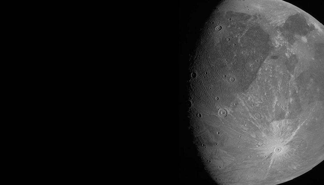 Det kan ligne litt på et bilde av vår egen måne, men det er det ikke. Dette er Ganymedes, den største månen i solsystemet.