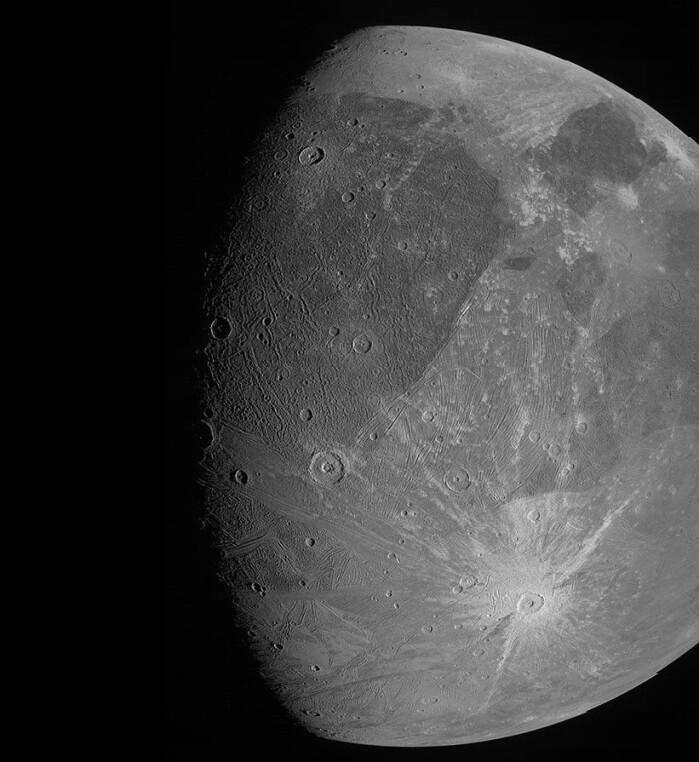 Nesten hele den ene siden av månen er fanget på dette bildet.