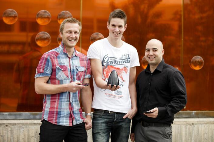 Studentane har sjølv designa den kjegleforma jukeboksen. F.v.:  Terje Knutsen, Kristian Hellang og Stein Arild Høiland. (Foto: Morten Berentsen)