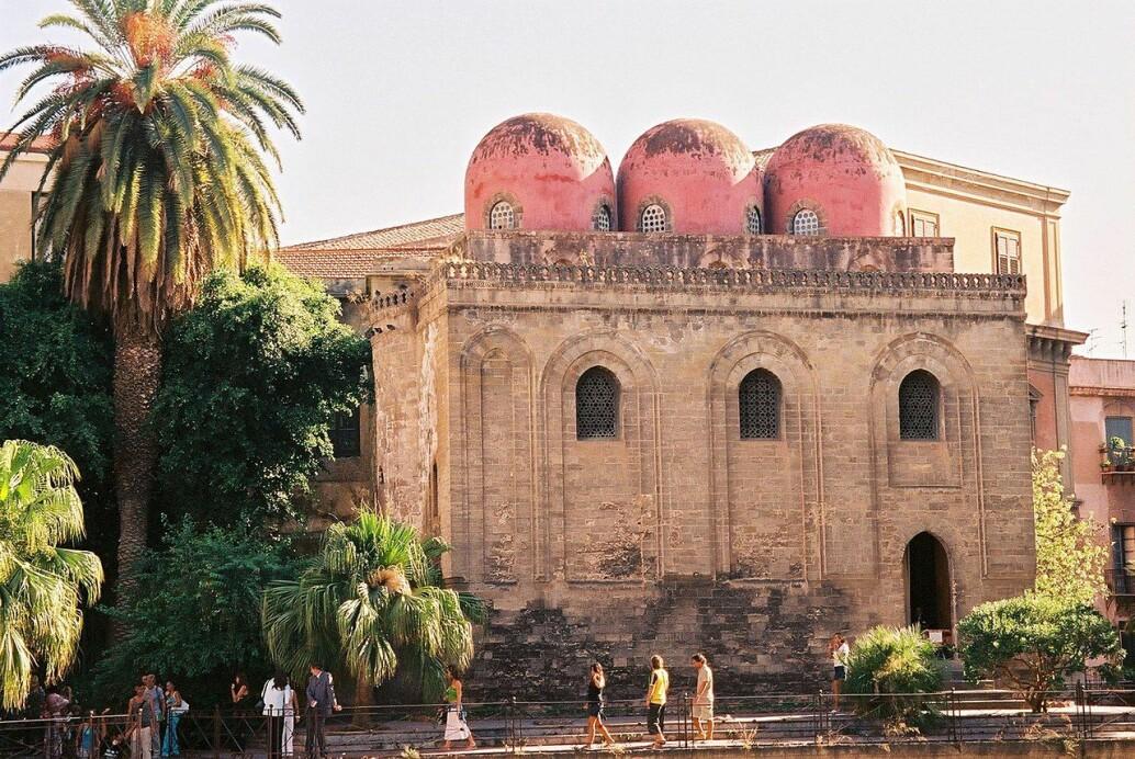 Dette er San Cataldo-kirken i Palermo på Sicilia, bygget like etter den muslimske perioden var over. Men arkitekturen hadde tydelig arabisk innflytelse.