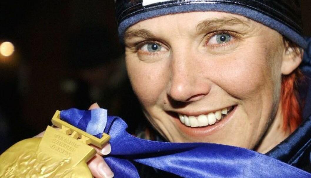 Bente Skari med med gull-medaljen fra OL i Salt Lake City, der hun vant kvinnenes 10 km klassisk. (Foto: Cornelius Poppe / SCANPIX).