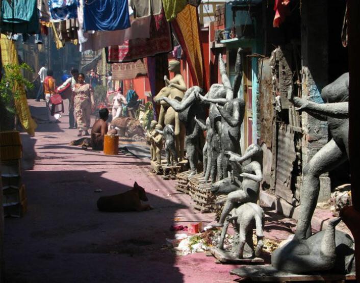 Statuer av hinduguder står på rekke og rad i bydelen Kumartuli i Kolkata. Klikk på forstørrelsesglasset for større versjon. (Foto: Geir Heierstad)