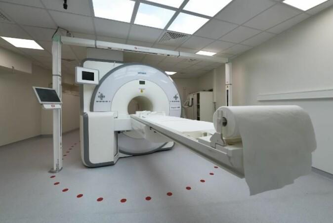 Dersom du får lungekreft må du i dag gjennom undersøkelser som kan være ganske smertefulle. Det håper Samuel Kuttner å endre på ved å bruke kunstig intelligens på PET-bilder. På dette bildet kan vi se en PET/MR-skanner ved UNN.