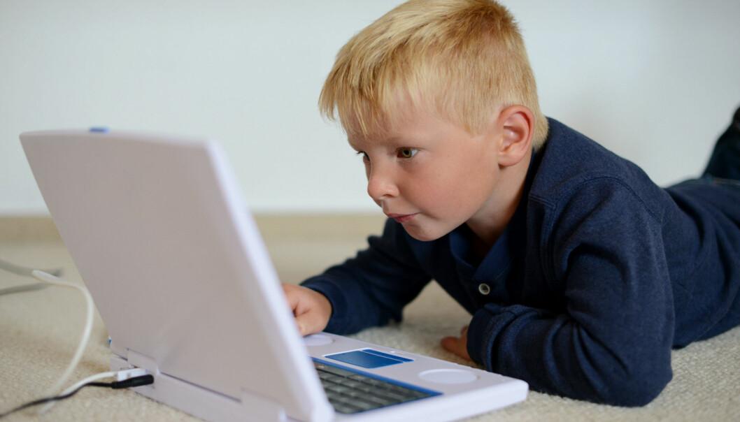 Et program som legger til støy på skjermen gjør det lettere for barn med store lese- og skrivevansker å lese og huske hva som står på skjermen, viser forskning fra Høgskulen på Vestlandet.