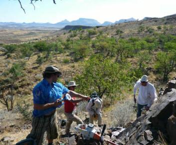 Norske og sør-afrikanske forskere i arbeid med å hente inn prøver fra berggrunnen i Namibia.