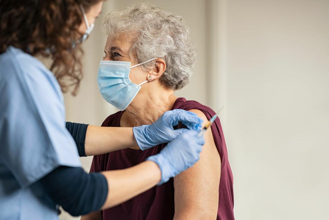 De fleste vaksiner som er gitt i Norge, er produsert av Pfiser-BioNTech. Nå antyder en ny studie at denne vaksinen også gir gor beskyttelse mot nye varianter av viruset.