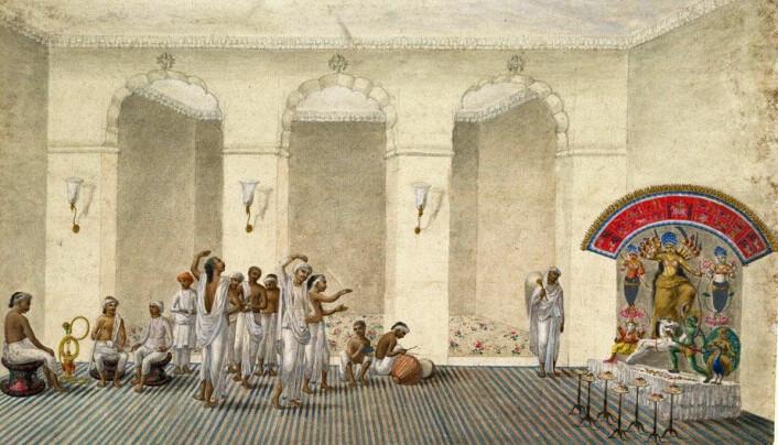 Historisk var feiringen av Durga forbehold de rike og mektige. Akvarell datert 1809 som viser en Durga Puja. Tablået med Durga og demonen sees til høyre. Klikk på forstørrelsesglass for større versjon. (Illustrasjon: Wikipedia)