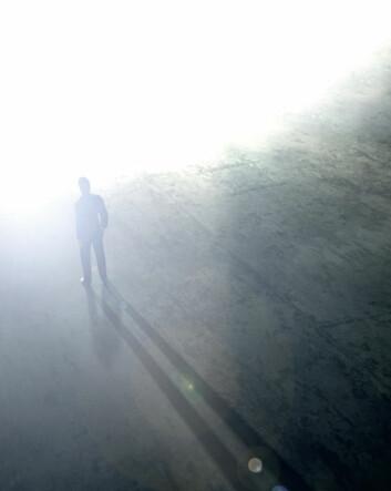 Mange som har hatt nær døden-opplevelser, forteller at de gled igjennom en mørk tunnel med et sterkt lys i enden. Idet de svevde igjennom passasjen, møtte de kanskje lysende ånder eller avdøde bekjente, som de snakket med. (Foto: iStockphoto)