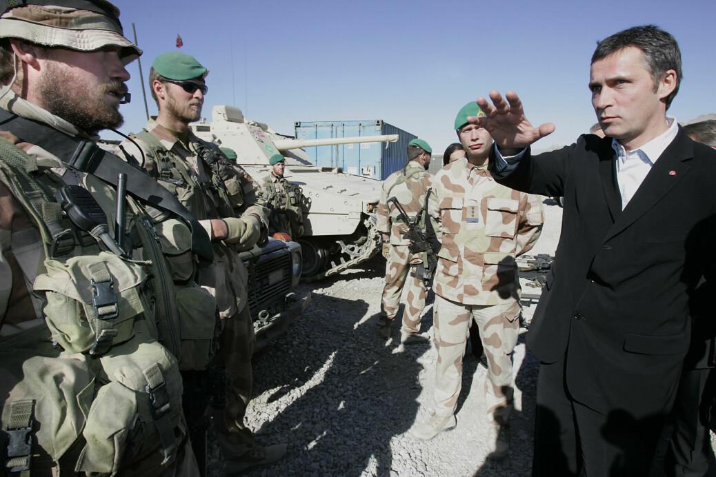 Krigen i Persiabukta i 1991 innledet en ny æra i norsk sikkerhetspolitikk. Her besøker statsminister Jens Stoltenberg norske soldater i Afghanistan i 2005.